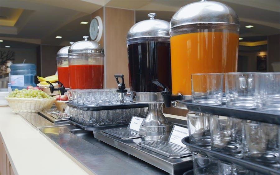 Соки шведского стола обеденного зал «Скандинавия» санатория «Русь» в Ессентуках - фотография
