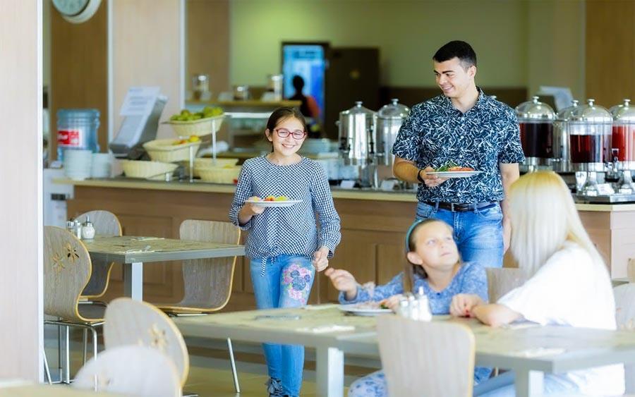 Посетители обеденный зала «Скандинавия» санатория «Русь» в Ессентуках - фотография