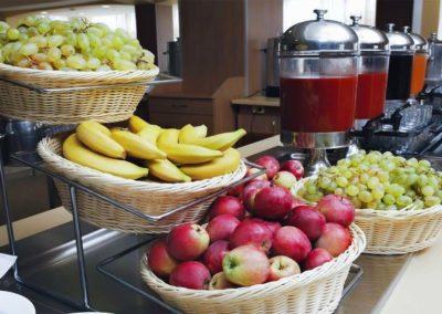 Фрукты шведского стола обеденного зал «Скандинавия» санатория «Русь» в Ессентуках - фотография