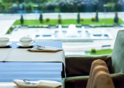 Столик у окна в VIP-зале «Сан-Сити» в санатории «Русь» Ессентуки - фотография
