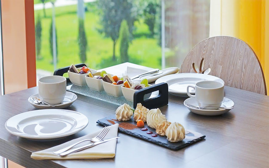 Сервированный стол VIP-зала «Сан-Сити» в санатории «Русь» Ессентуки - фотография