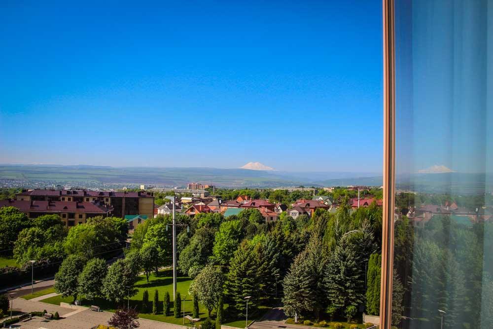 Вид из окна в номере Люкс семейный в санатории Русь в Ессентуках - фотография